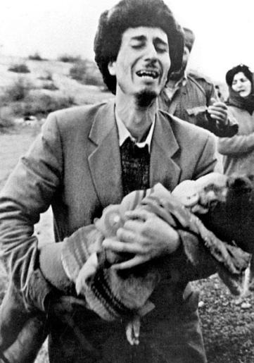 khojaly-massacre-a-father-carry-his-dea-son